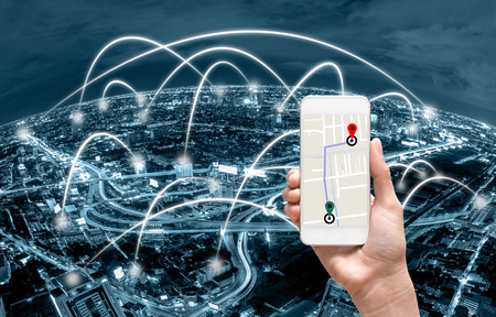 manos femeninas que sostienen un teléfono inteligente que muestra la parte del mapa del navegador sobre la pantalla en la línea de conexión de red entre la construcción de la vista superior del fondo del paisaje urbano, el concepto de navegación Foto de archivo