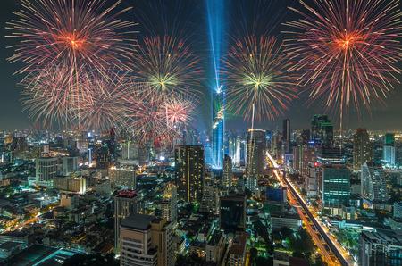 millonario: Vista superior del paisaje urbano de Bangkok en la noche con la celebración multicolor de fuegos artificiales, Mahanakhon