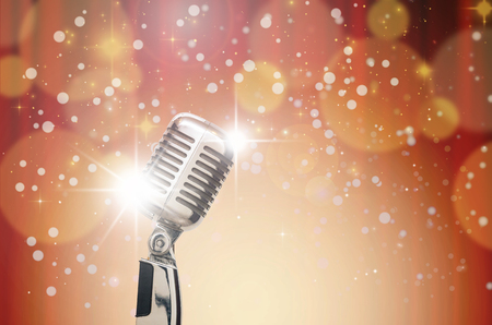クリスマスと背景をぼかし、ビンテージの音楽的な概念の抽象的な写真をレトロなマイク