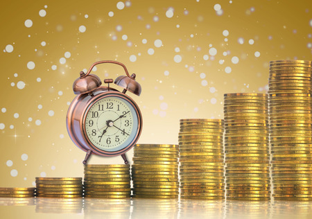 ganancias: stacks of gold coins step with the vintage clock on Abstract photo of chrismas background, investment and financial concept Foto de archivo