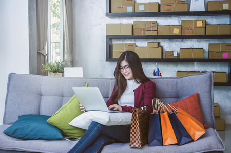 아시아 십대 소유자 비즈니스 사람들이 집에서 온라인 쇼핑, 기술 컴퓨터 및 노트북, 기업 및 알파 세대 라이프 스타일 개념에서 제품의 순서를 확인