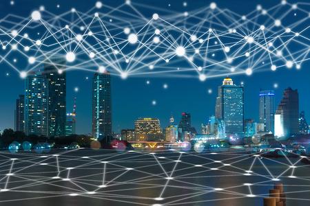夕暮れ時のバンコク市街地の通信網、テクノロジースマートシティとモノのインターネットコンセプト