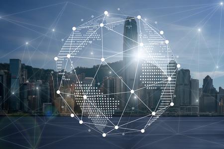 Sieć komunikacyjna z cyfrowym wirtualnym ekranem od strony rzeki Hongkong Cityscape po południu z płynną chmurą w porcie Victoria, technologia Smart City z koncepcją Internetu rzeczy