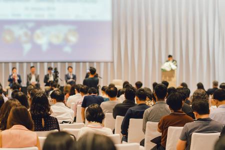 Rückansicht des Publikums im Konferenzsaal oder in der Seminarsitzung, in der Referenten auf der Bühne, in der Wirtschaft und in der Ausbildung zum Anlagekonzept vertreten sind Standard-Bild
