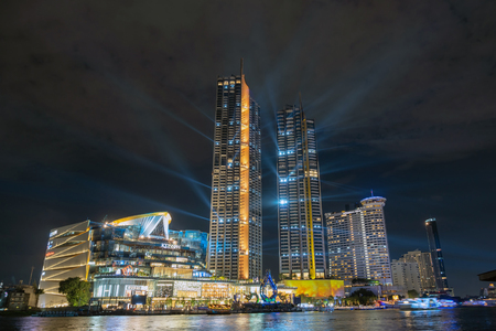 BANGKOK, THAILAND - NOVEMBER 2018 : Icon Siam river side department store presenting the light show at the rehearsal day on November 8, 2018 in bangkok, Thailand, the Grand opening will be November 9. 新聞圖片