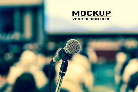 Microphone over Audience listening Speakers on the stage with presentation via projector in the conference hall or seminar meeting and workshop event, business and education about investment concept Stockfoto