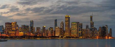 Panorama of Chicago cityscape river side along Lake Michigan at beautiful twilight time Zdjęcie Seryjne