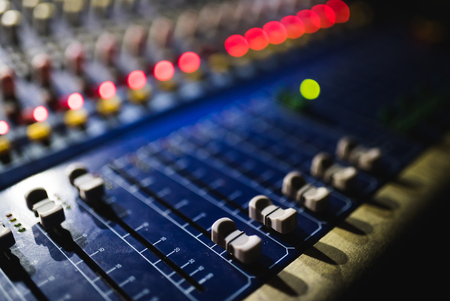 오디오 믹서의 영상을 닫습니다. 콘서트에서 소리 컨트롤 패널 스톡 콘텐츠