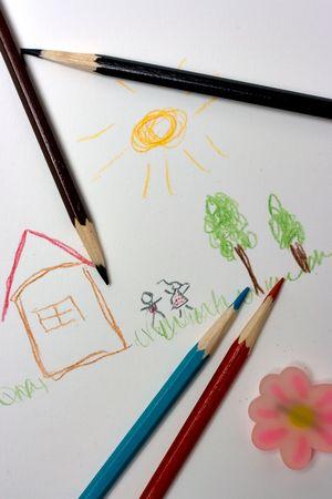 niños dibujando: señalar a los niños - Bloc de notas, casa, césped, árboles, niños, lápices de colores  Foto de archivo