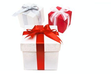 three gift boxes: tres cajas de regalo con arco y cinta aislados sobre blanco  Foto de archivo