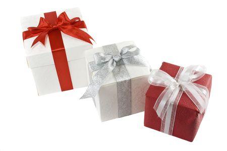 three gift boxes: tres cajas con cintas y arco aislados en blanco de regalo  Foto de archivo
