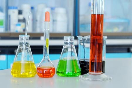 Sviluppo di set di tubi chimici e farmacia in laboratorio con sostanze multicolori in laboratorio - Immagine