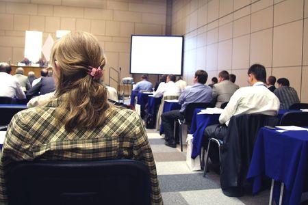 formacion empresarial: Reuni�n en una sala de conferencias. El enfoque es en el pelo de la dama en la parte izquierda de la imagen