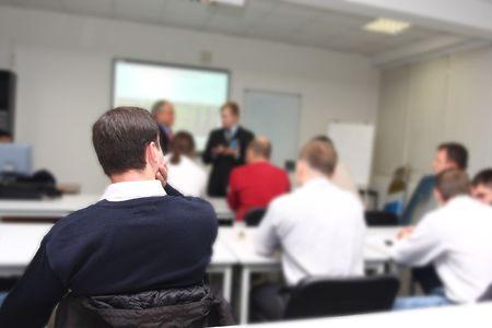 salle de classe: Le public ?coute le jeu des acteurs dans une salle de conf?rence. L'accent est mis sous l'homme sur la frontground Banque d'images