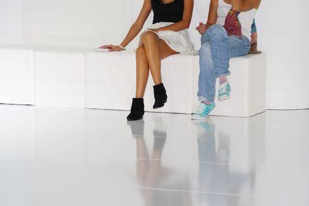 divan: Dos ni�as sentarse sobre el Div�n blanco