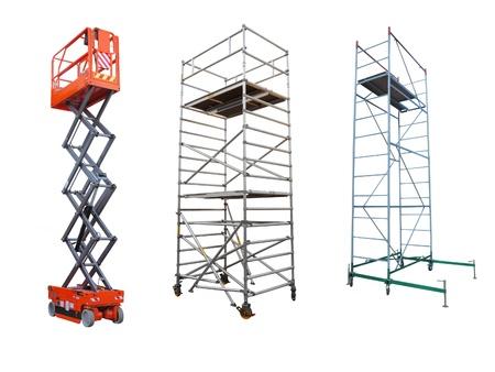 Het beeld van steigers en lift onder de witte achtergrond