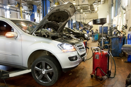 La voiture dans un garage de réparation