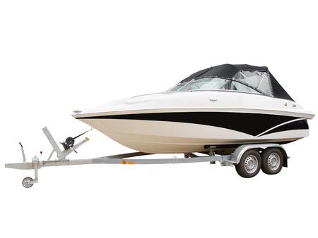 bateau: coupe sur une remorque