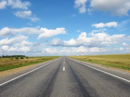 endlos: Landschaft mit dem Bild der Landstraße