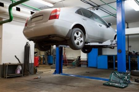 mecanico automotriz: Autos en un garaje de reparaci�n Foto de archivo