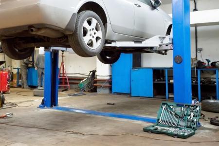 reparation automobile: Voitures dans un garage de r�paration