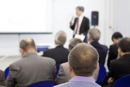 salon de clases: Reunidos en una sala de conferencias. Foto de archivo