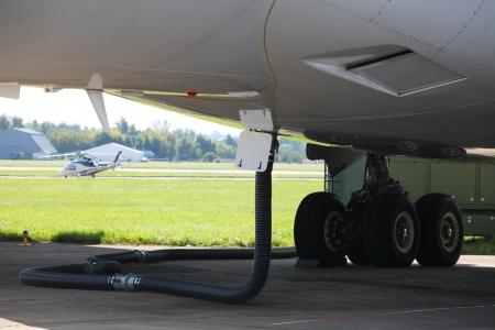 Das Bild von einem Flugzeug, die auf Kraftstoff