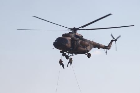 abseilen: Zwei Mann Aufstieg vom Hubschrauber ab einem Seil Lizenzfreie Bilder