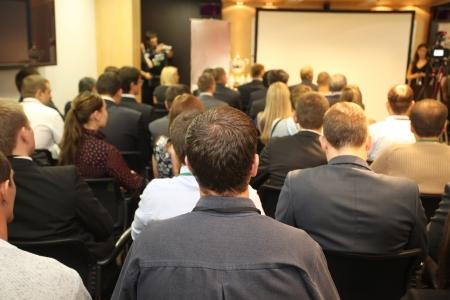 Das Publikum hört sich das Schauspiel in einem Konferenzsaal Standard-Bild