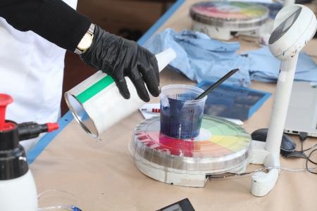 Laboratory balance: Preparaci�n de la pintura por la pintura de coche en laboratorio de carrocer�as