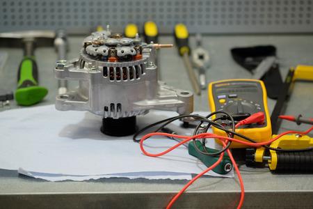 Arbeitsplatz mit Tester und Generator