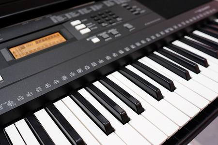 teclado de piano: sintetizador bajo el fondo blanco Foto de archivo