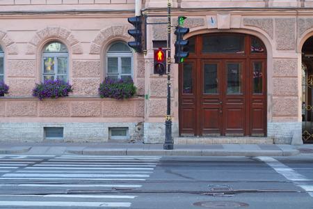traffic signal: la imagen de un sem�foro en rojo para los peatones