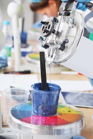 laboratory balance: Preparazione della vernice per la pittura auto in laboratorio carrozzeria Archivio Fotografico