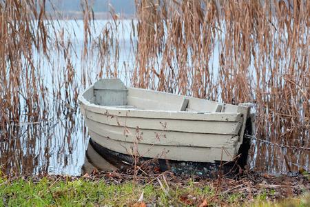 pair-roeispaan boot op een ligplaats