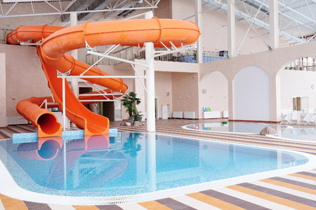 Orange toboggan, piscine couverte