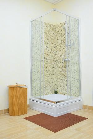 cabine de douche: Cabine de douche avec des carreaux de mosa�que et porte en verre Banque d'images