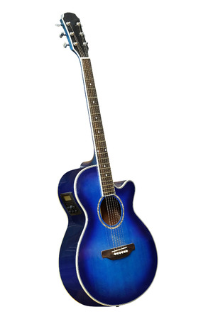 白い背景の下で分離された青のアコースティック ギターの画像