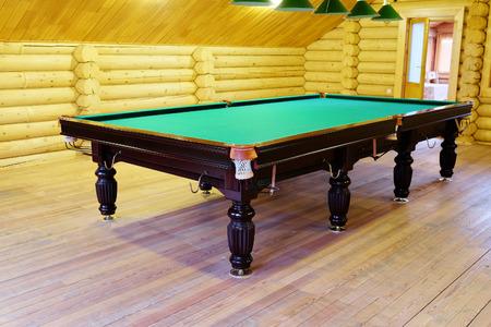 snooker room: grande tavolo da biliardo verde