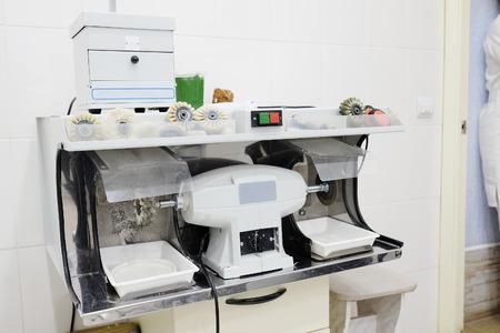 grinding teeth: Dental equipment for polishing a prosthesis
