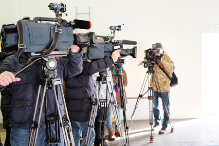 Los periodistas de diferentes canales que toman una entrevista Foto de archivo