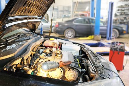 車のボンネット。修理中の車