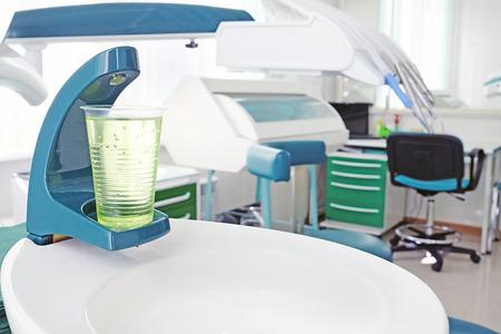 enjuague bucal: Primer plano de un vaso de pl�stico con una soluci�n de enjuague bucal