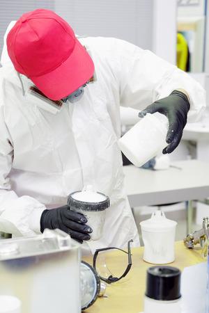 balanza de laboratorio: Preparaci�n de la pintura por la pintura de coche en coche taller de carrocer�a