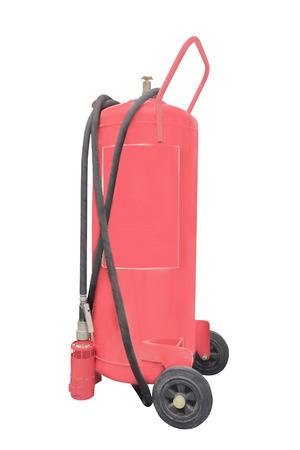 under fire: Los extintores de incendios aislados en el fondo blanco