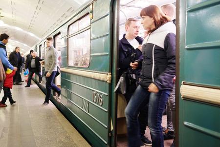 モスクワ, ロシア連邦 - 2015 年 4 月 12 日: ソコーリニチェスカヤ線 ...