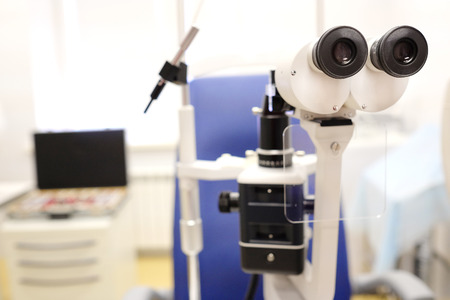 oculista: microscopio en una oficina oculista Foto de archivo