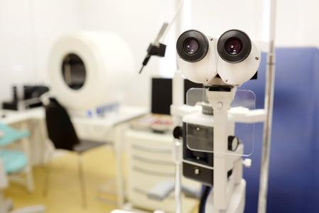 oculist: microscopio en una oficina oculista Foto de archivo