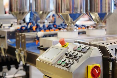 produktion: Automatisierte Brot Produktionslinie in Bäckerei Lizenzfreie Bilder