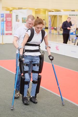 """MOSKOU, RUSLAND - 22 april 2015: Demonstratie van een ekzoskeleton op een tentoonstelling van de revalidatie voor mensen met een handicap, Moskou, Rusland """"INTEGRATIE LEVEN OBSHCHESTVO-2015.""""."""
